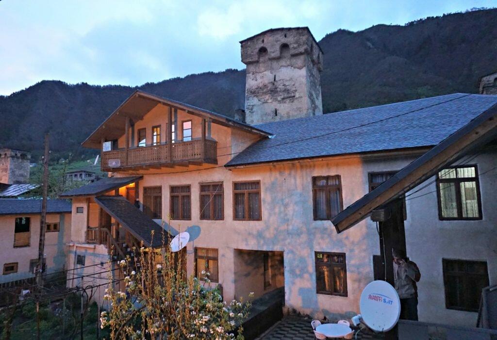 Korzenie i wieże - zdjęcie domu gospodarza