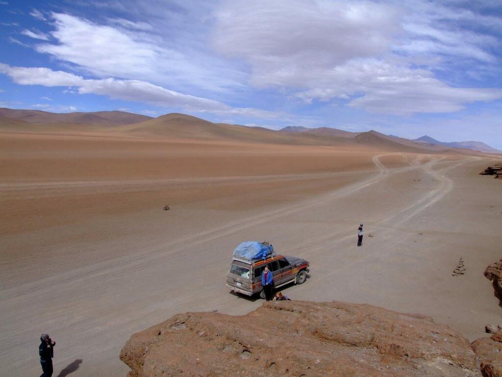 mama w podróży samochód na pustyni