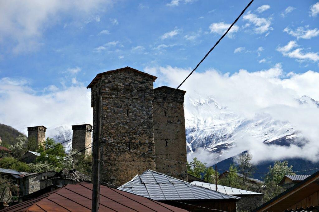 Korzenie i wieże - zdjęcie wież w Mestii