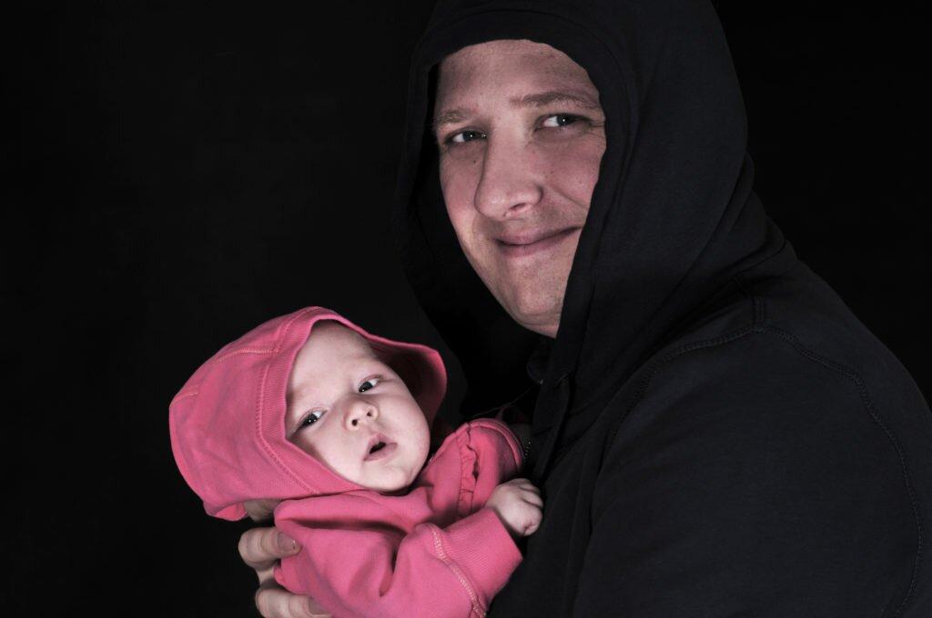 zdjęcie tata i córka czy zostawiasz dziecko z tatą matka w kratkę