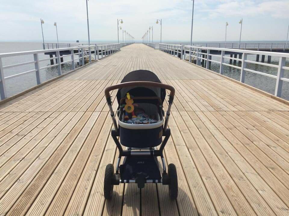 wózek na molo wakacje z niemowlakiem
