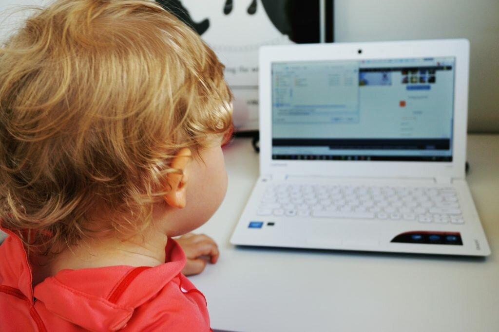 zdjęcie dziecka przed komputerem czemu by nie założyć bloga