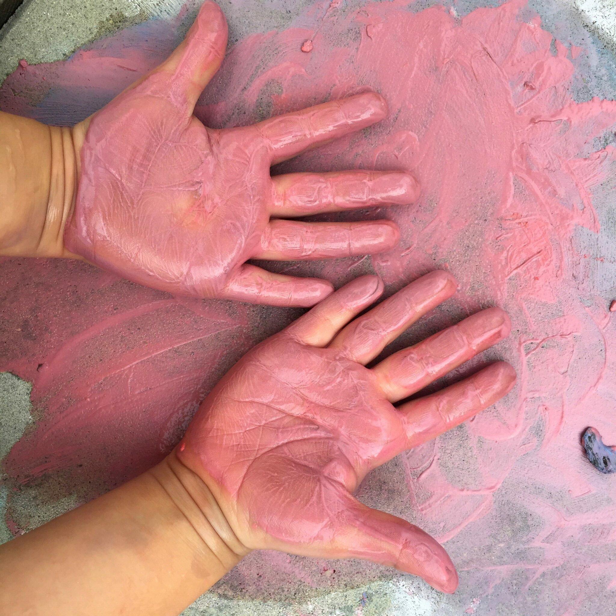 zdjęcie rąk dziecka empatyczne słuchanie jak sobie poradzić ze złością