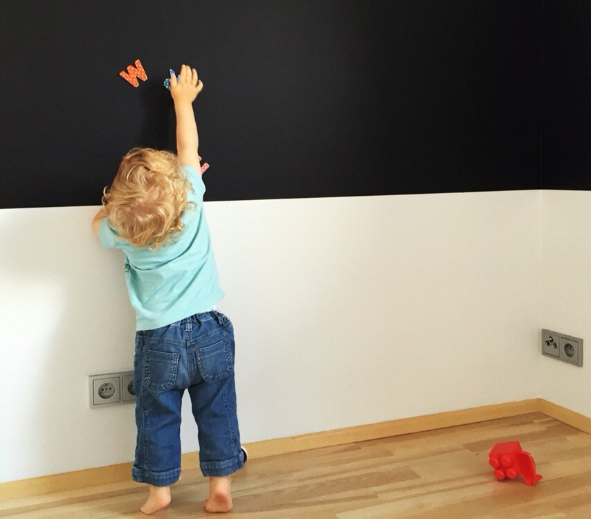 zdjęcie dziecko przy tablicy pierwszy dzień w szkole przedszkolu czego nie robić dziecku matka w kratkę