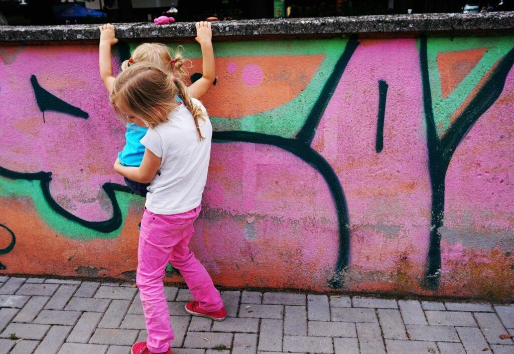 zabawa na podwórko - dzisiejsze dzieciństwo a sąsiedzi, zakazy i hałas