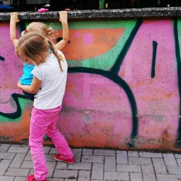 Zabawa na podwórku – tu zakazy, tam sąsiedzi i hałas, a gdzie dzieciństwo?
