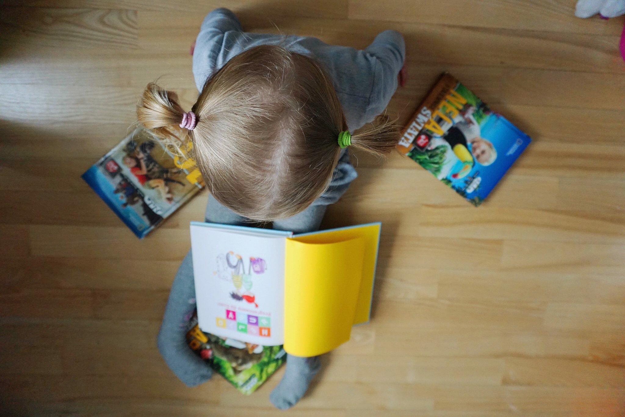 zdjęcie czytajacej dziewczynki książki dla dziewczynek książki dla dzieci Nela mała reporterka