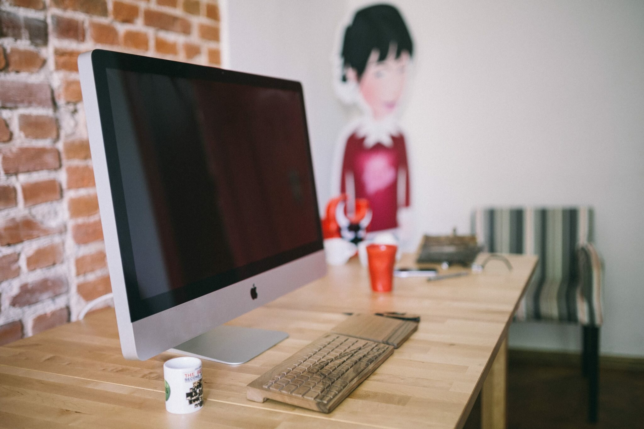 zdjęcie komputera z rysunkiem dziewczynki w tle dlaczego dziewczynki nie programują