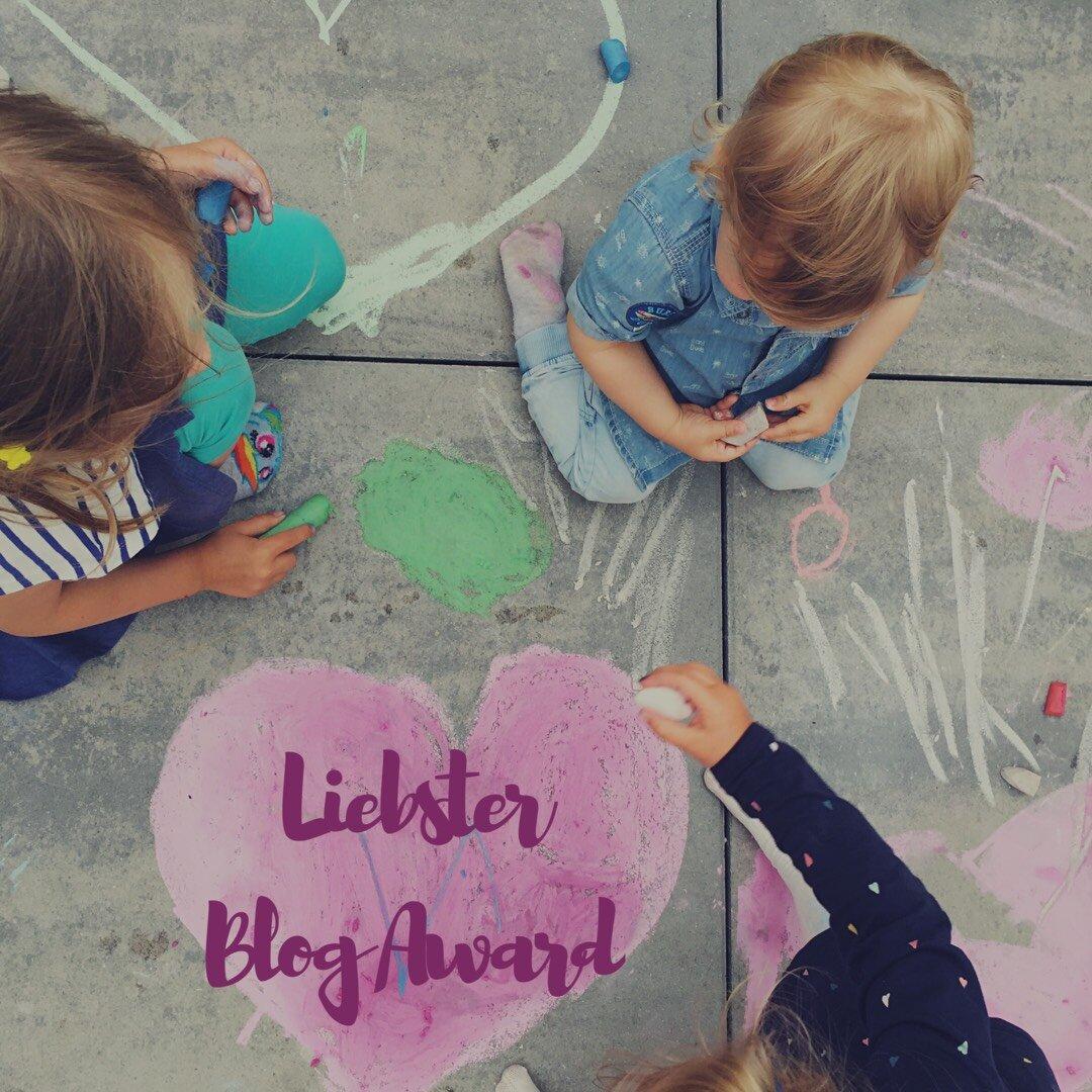 zdjęcie dzieci malujących serce z napisem liebster blog award